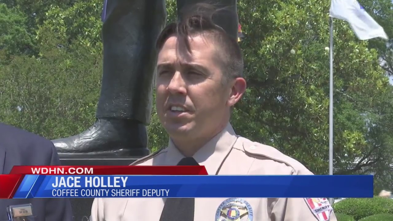 Coffee County deputy awarded medal of honor for saving people from burning car